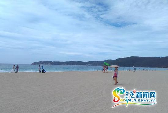 亚龙湾每年都吸引诸多游客前来游玩。(三亚新闻网记者邓松摄)