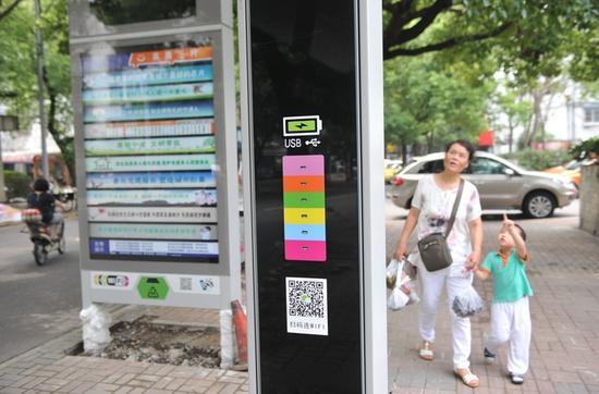 26日一早,有市民发现海曙区高塘三村公交站正进行升级改造 郭戟铠 摄