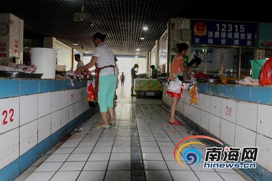 美兰区沿江三路集贸市场内存在保洁不及时(南海网记者陈望摄)