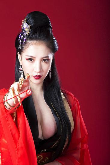 日前,她也在instagram中放出了一组扮演东方不败的照片,眼睛很杀,让图片