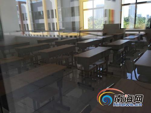 港湾小学教室内课桌椅已摆放完毕。