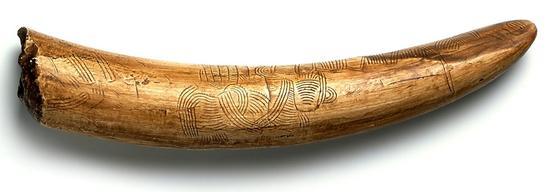 一段雕刻于25000-30000年前的猛犸象牙。