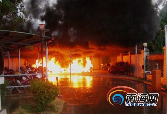 琼海一小区电动车车棚发生着火(通讯员樊骁摄)