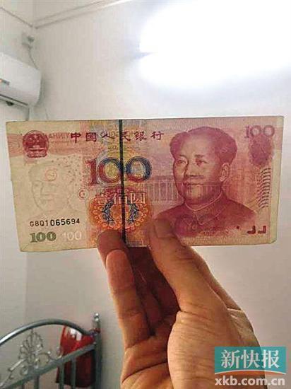 刘先生声称从ATM机中取出了错版币,可以看到水印处有一个印章