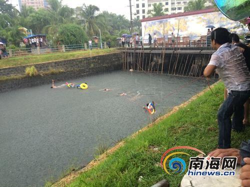 跳水女子的亲友正在水里搜寻该女子。
