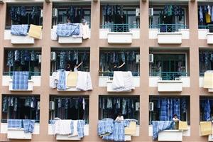 宿舍阳台上,闪现最多的是家长的身影,忙着给孩子晾晒衣物