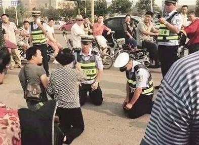 交警与市民对跪