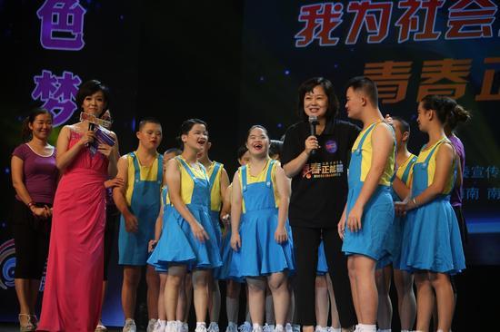 """""""鞠萍姐姐""""和孩子们一起唱歌"""
