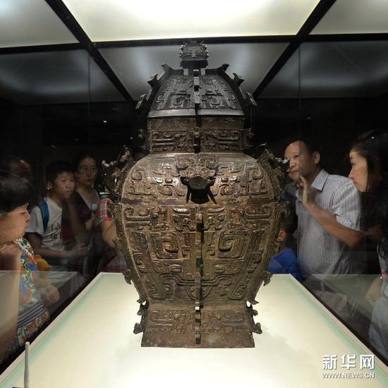 8月29日,市民在欣賞展出的皿方罍。
