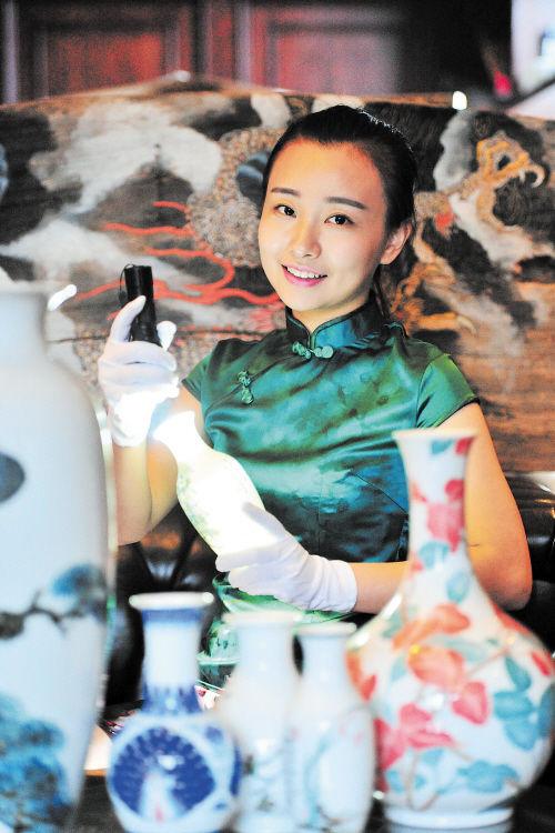"""""""收藏湘瓷,更多的是想传播湘瓷文化。""""史嘉颖谈起自己的收藏事业时,始终不离""""文化""""这个根。 均为长沙晚报记者 贺文兵 摄"""