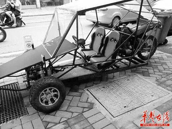 @LDingaga:理发店门口的这辆跑车太炫酷了,居然是店老板自己造的,简直亮瞎我的眼!@Hi都市报