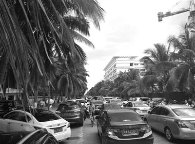 30日,海口茉莉路两侧停满违停车辆引发交通不畅。