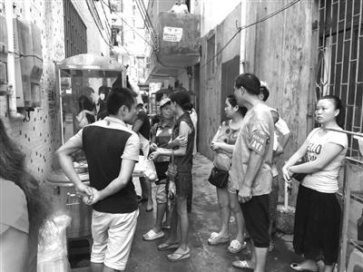 下坎社区居委会一负责人现场督促摊贩整改。