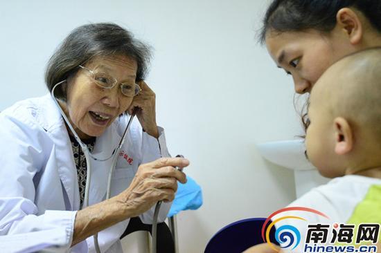 长期和儿童患者打交道,陈桂芳有一套和小患者快速拉近距离、配合检查的方法