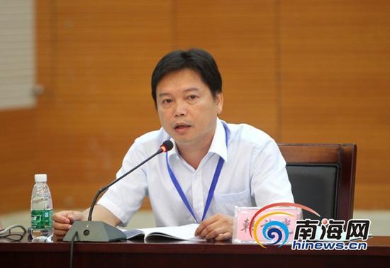 海口市物价局价格管理科科长韩族光在听证会上发言(南海网记者陈望摄)