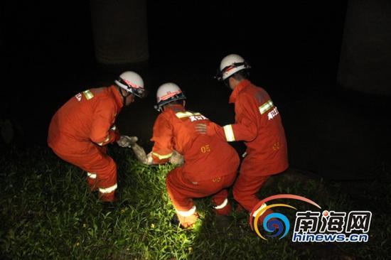 海口南渡江江面发现女尸,消防官兵帮助打捞。 (通讯员吕书圣摄)