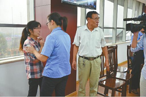 8月31日,平阴县法院公审抢劫杀人案。庭审后,受害的姐(左一)情绪失控。 记者陈彦杰 摄