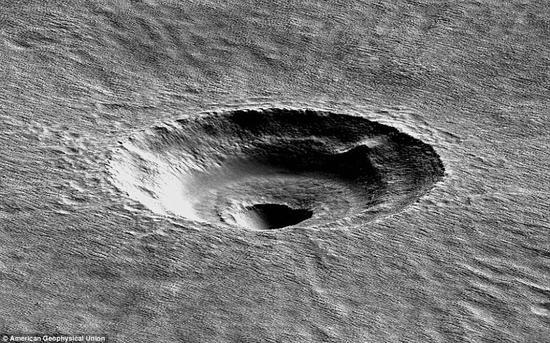 火星奇特陨坑成因揭开:地下存在40米巨厚水冰层