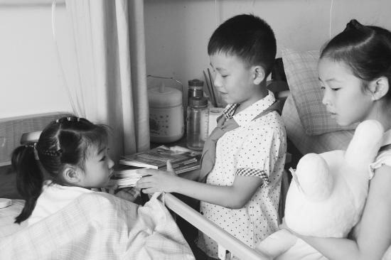绍兴8岁断肢女孩病床前开学 当地学校成立小组