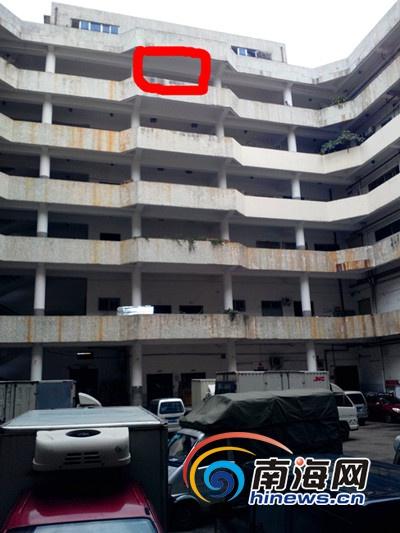 18岁小亮就是从红线处电梯口坠落身亡(南海网记者刘培远摄)