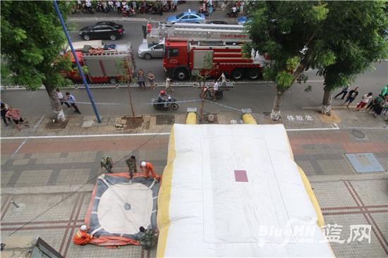 消防人员正在楼下铺设安全气囊