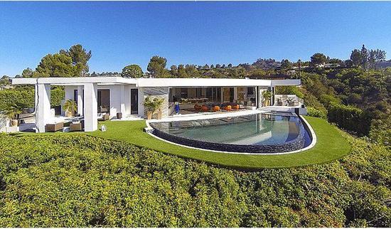 他还击败Jay-Z和碧昂斯夫妇,以4300万英镑(约合人民币4.23亿元)拍下比佛利山庄有史以来最贵的豪宅。