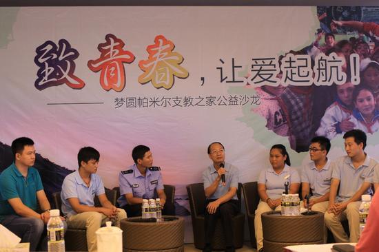 三亚市委宣传部副部长周雄和支教志愿者交流