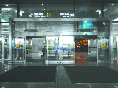 航空到达旅客通过国内到达出口走出机场航站楼,找到11号国内到达口。