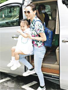 杨思琦女儿笑容满面,好像很喜欢上学。
