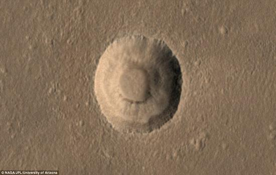 """在行星地表之下,当那里的物质存在成分差异时便容易导致阶梯状地形的出现,如沙尘,冰层或岩石层。这个独特的撞击坑位于火星上一片叫做""""阿卡迪亚平原""""的区域,科学家们此前就已经在此区域内发现了好几个内部拥有类似阶梯状坑壁的撞击坑"""