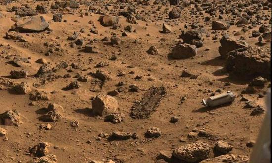 """这是""""海盗2号""""火星探测器的着陆点。""""海盗2号""""火星探测器在火星表面进行了为期1316天的探测工作,于1980年电池发生故障后停止运作。"""