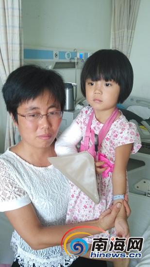 坠楼受伤的女童毛毛和她的妈妈记者胡诚勇摄