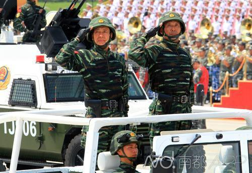 武警反恐突击车方队将军领队孟鸣少将(左)带领方队进行训练。新华社发