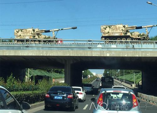 今天下午,参加明天阅兵式的两辆05式两栖装甲车经过北京十里堡。