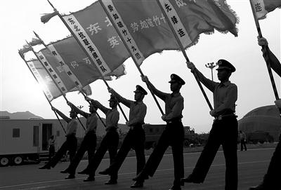 """驻冀部队抽组的""""东北抗联""""英模部队方队"""