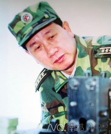 """济南军区装备部副部长刘卫星具有博士学历,首次系统提出""""武器装备战场物流""""理论。"""