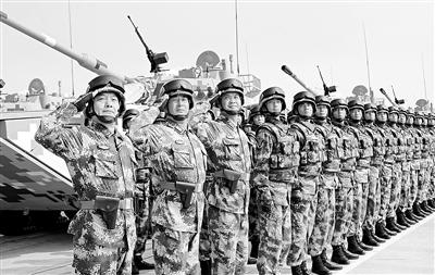 坦克方队官兵雄姿勃发、斗志昂扬。