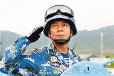 南海舰队副参谋长李晓岩,是海军首批飞行员舰长。