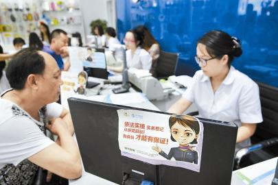 9月1日,在眉山市一中国移动营业厅,用户在办理实名验证补登记手续。当日起,工信部发布的《电话用户真实身份信息登记规定》开始实施。 本报特约通讯员 姚永亮 摄