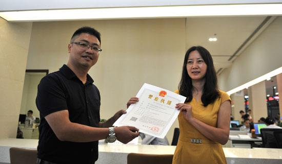 9月1日,成都天府新区政务中心工商窗口向成都某公司颁发了统一社会信用代码的工商营业执照
