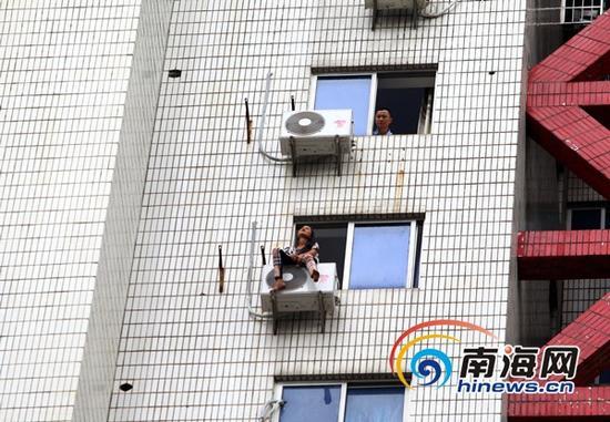 中年女子16楼空调外挂机上欲轻生(南海网记者陈望摄)