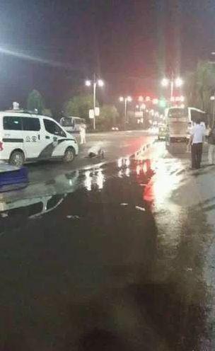 河南城管和小贩雨后街头对跪一小时