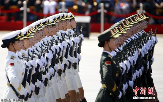 女仪仗队员在阅兵式中