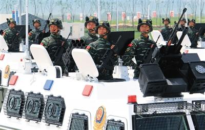 在27支受阅装备方队中,由18辆武警反恐突击车组成的白色战车方阵闪亮耀眼。图为武警反恐突击车方队进行训练(7月26日摄)。新华社记者 查春明 摄
