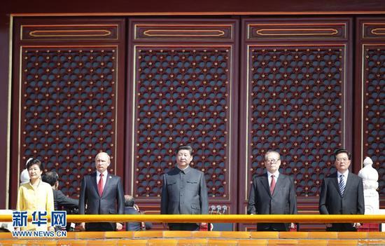习近平等在天安门城楼上。新华社记者鞠鹏摄