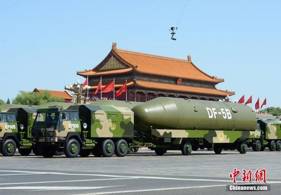 解放军第二炮兵东风5B洲际导弹方队接受检阅。