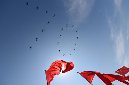 """空军直升机编队组成""""70""""的图案飞过天安门"""