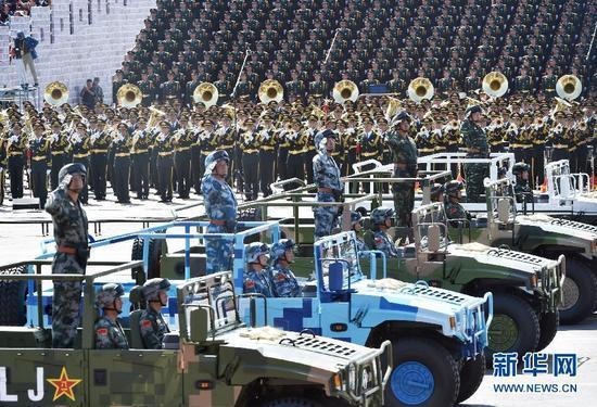 白建军中将、田中中将、陈东中将、吴国华中将、潘昌杰中将(自左至右)率领装备方队接受检阅。新华社记者 罗晓光 摄