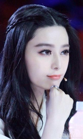 甜美的刘海编发加蓬松的大卷发型勾勒出无比的时尚感来,造型简单而且