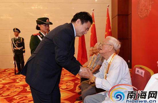 省委书记、省人大常委会主任罗保铭为老战士、老同志代表颁发纪念章并握手致敬。海南日报记者王凯摄